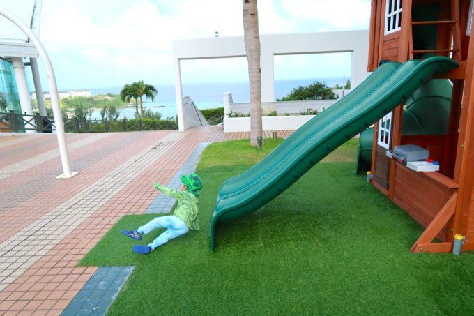 沖縄かりゆしビーチリゾート・オーシャンスパのガーデンプール脇にある滑り台で遊ぶお子サマー