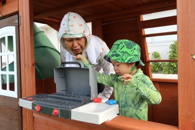 沖縄かりゆしビーチリゾート・オーシャンスパの屋外遊び場でおかんとお子サマーが遊ぶ様子