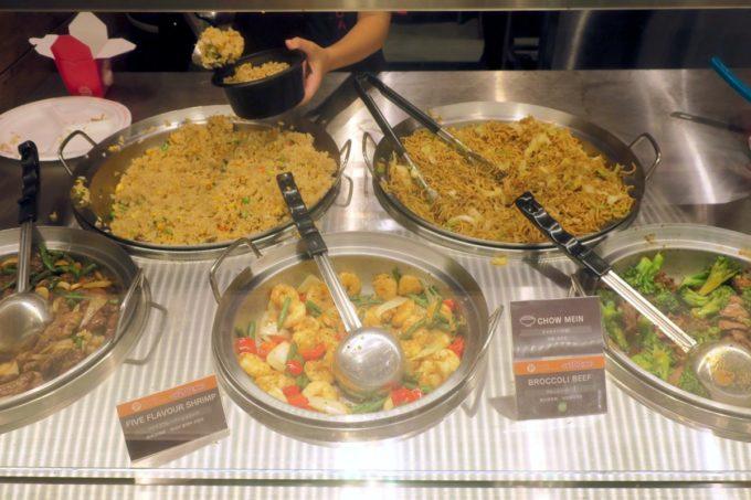 浦添の「PANDA EXPRESS 沖縄パルコシティ店」では食べたいベースメニュー・メインメニューを選ぶことができる。