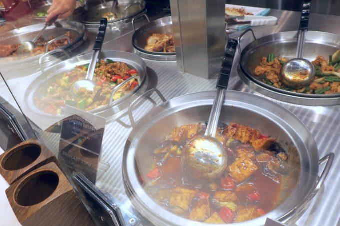 浦添の「PANDA EXPRESS 沖縄パルコシティ店」はアメリカ風中華料理のファストフードだ。