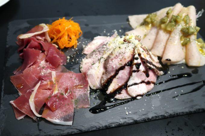 宜野湾「PePePe(ペペペ)」PePePeのお肉盛り合わせ3種(1000円)