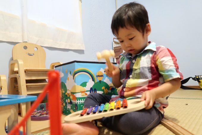 宜野湾「PePePe(ペペペ)」キッズルームのおもちゃで黙々と遊ぶお子サマー