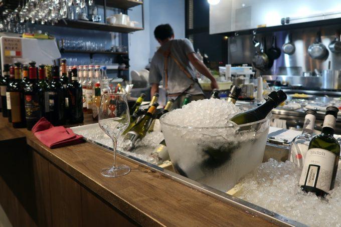 宜野湾「PePePe(ペペペ)」キッチン前のカウンターに並べられたセルフサービスの飲み放題ワイン。