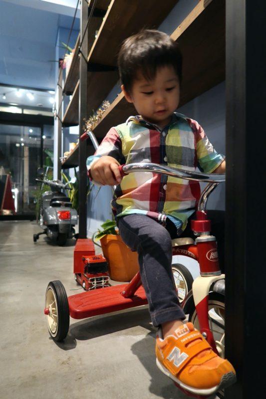宜野湾「PePePe(ペペペ)」店内のおもちゃで遊ぶお子サマー