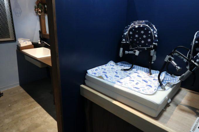 宜野湾「PePePe(ペペペ)」トイレにはおむつ交換台があった。