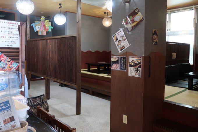 名護「山原新鮮組」の店内にはテーブル席と小上がり、個室があった。