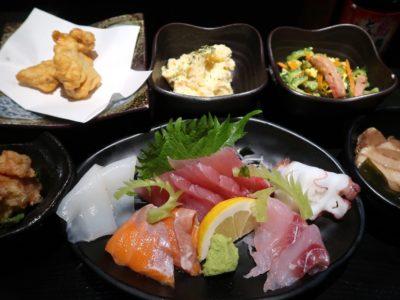 名護「山原新鮮組」刺身沖縄そば定食の豪華なおかずたち。