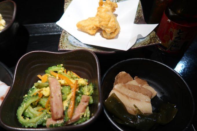 名護「山原新鮮組」定食の小鉢は沖縄料理(ゴーヤーチャンプルー、昆布とラフテー、てんぷら)