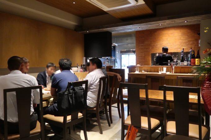 「コザ麦酒工房 那覇久茂地店」の店内にはテーブル席とカウンター席がある。