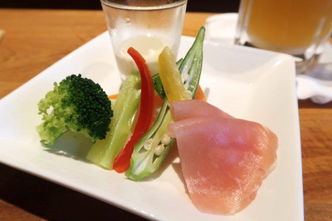 「コザ麦酒工房 那覇久茂地店」のお通し(300円)は野菜と生ハムだった。