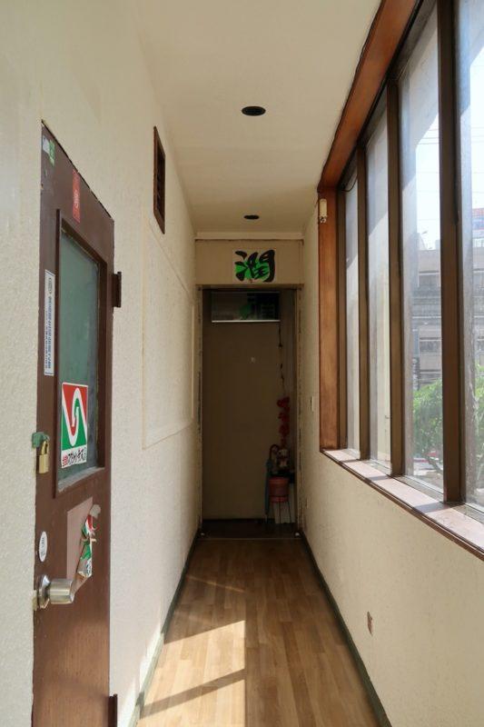 那覇・久茂地「コーヒーハウス潤」へ向かう2階廊下