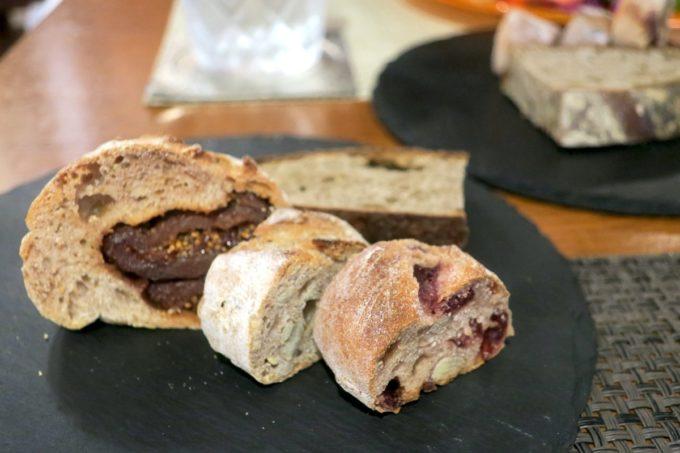 那覇・久茂地「Cucina Naha(クッチーナナハ)」ランチについてくる数種類のパン(2019年4月)