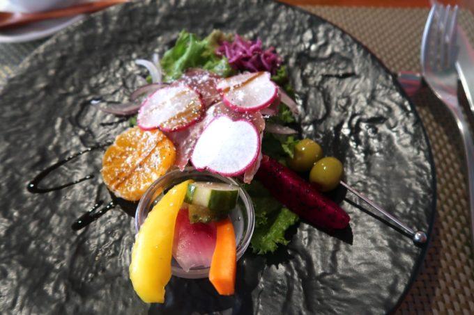 那覇・久茂地「Cucina Naha(クッチーナナハ)」ランチのサラダについてくるサラダにピクルスやオリーブがついている(2019年10月)
