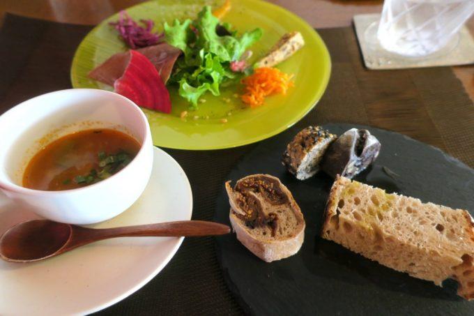 那覇・久茂地「Cucina Naha(クッチーナナハ)」ランチについてくるサラダ・パン・スープ(2019年3月)