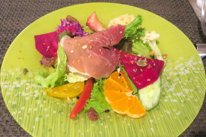 那覇・久茂地「Cucina Naha(クッチーナナハ)」ランチについてくるサラダにはフルーツも盛り付けられている(2019年4月)