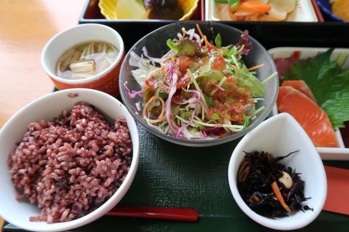 南風原町の沖縄県健康づくり財団で食べた玄米ご飯・サラダ・ひじきシークヮーサー和え・卵豆腐のきのこあんかけ