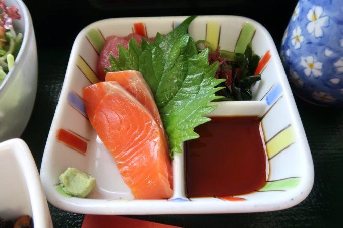 南風原町の沖縄県健康づくり財団で食べた刺身2点盛り