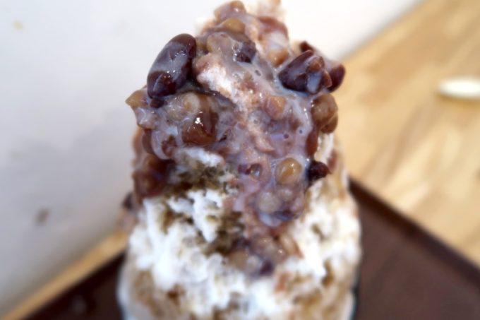 西原町「Patisserie couple(パティスリークプル)」黒糖ぜんざいのかき氷にはたっぷりの大正金時豆・小豆・押し麦が使われている。