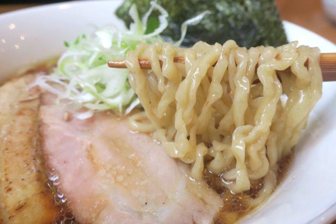 読谷村長浜「麺屋 シロサキ」醤油らーめん(750円)の平打ちの縮れ麺