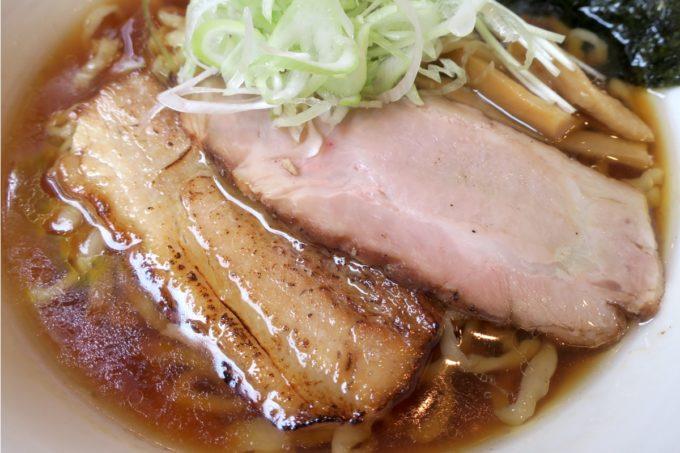 読谷村長浜「麺屋 シロサキ」醤油らーめん(750円)のチャーシューは2種類。