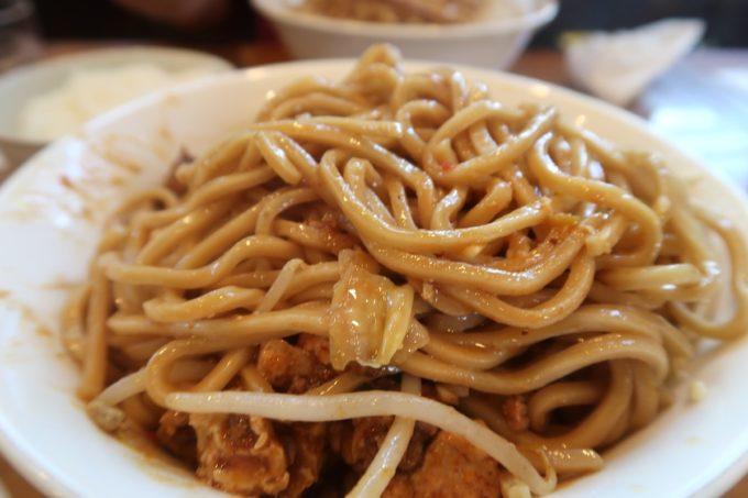 読谷村長浜「麺屋 シロサキ」麻婆麺 Version二郎(950円)は天地返ししてから全体を混ぜ合わせる