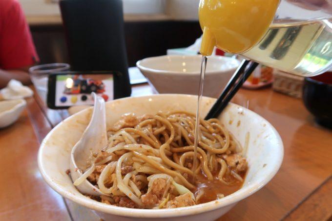 読谷村長浜「麺屋 シロサキ」麻婆麺 Version二郎(950円)の味変にお酢を入れるとアッサリに。