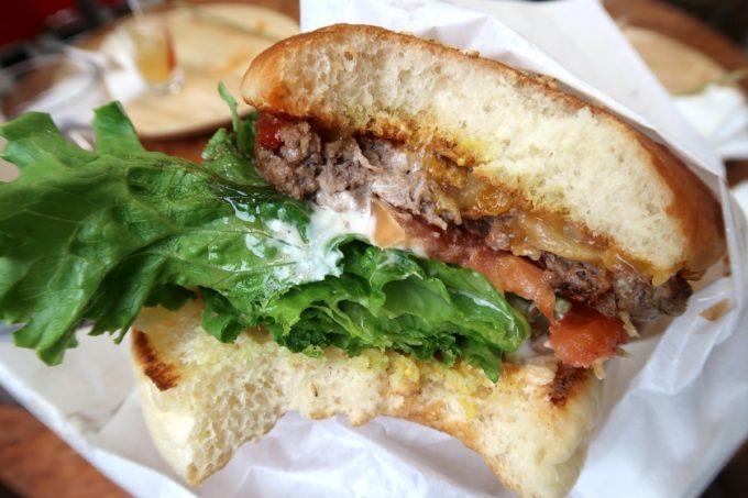 那覇・波の上「チルコリーノ那覇西町店」のハンバーガーはバンズが薄め。