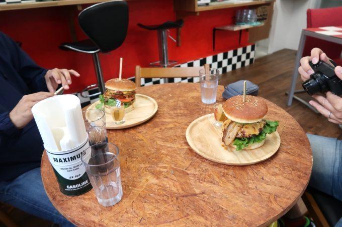 那覇・波の上「チルコリーノ那覇西町店」ハンバーガーの撮影に勤しむ沖縄グルメブロガーたち。