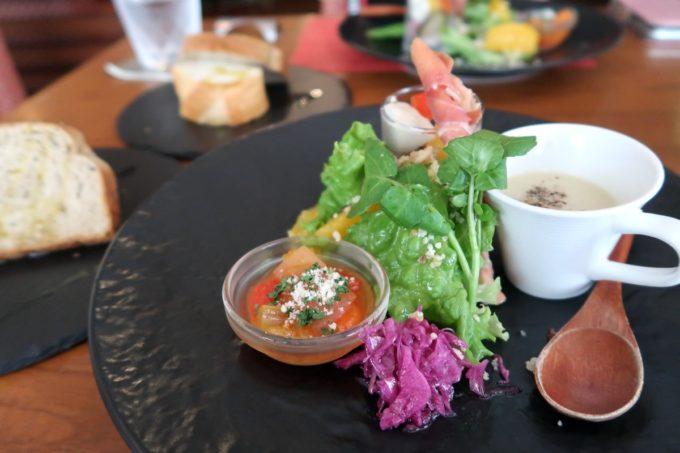 那覇・久茂地「Cucina Naha(クッチーナナハ)」ランチの鮮やかなサラダとスープ、パンがおいしい(2020年1月)