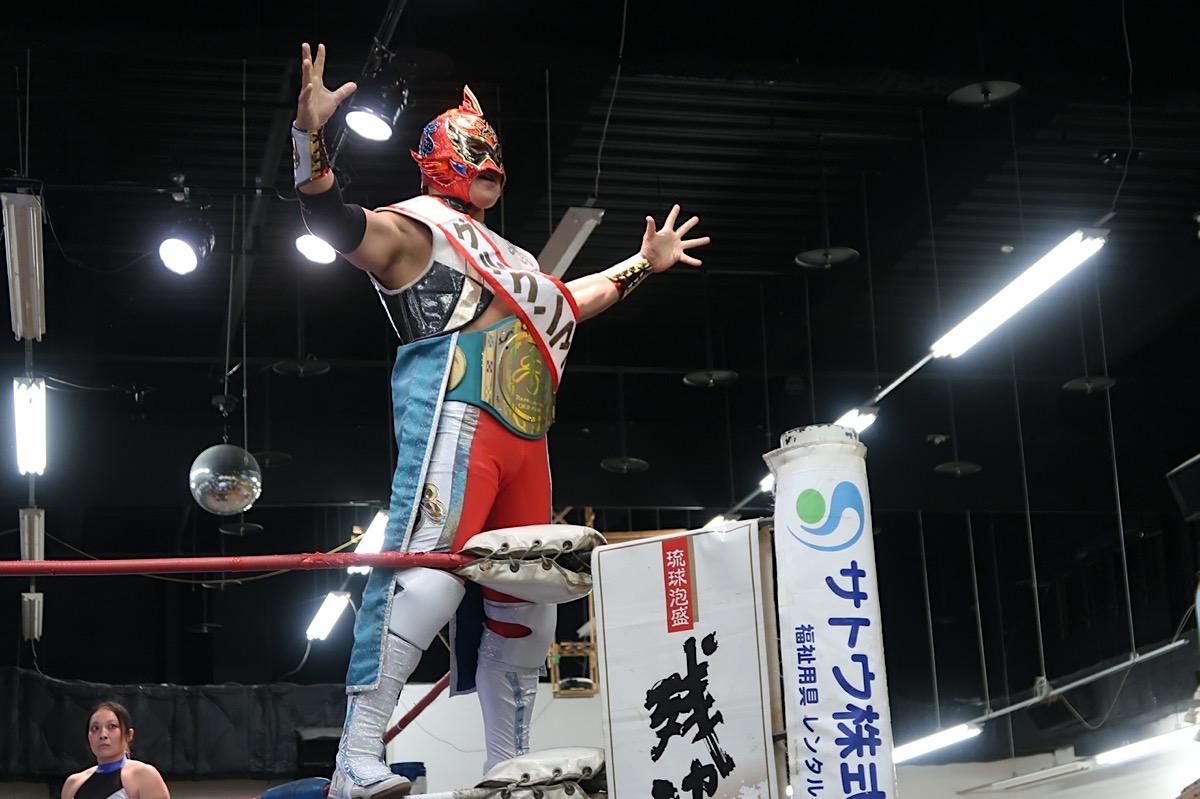 2020年1月11日に行われた琉球ドラゴンプロレスのハウスショー「我栄トーナメント2020 Aブロック一回戦」の試合前にロープに登るグルクンマスク