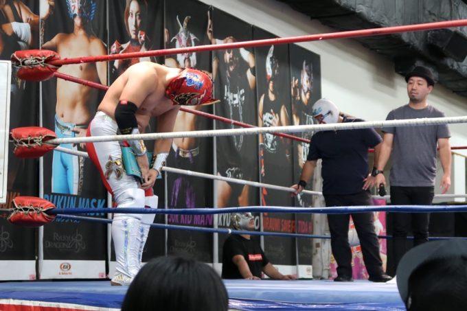 琉球ドラゴンプロレスのハウスショー「我栄トーナメント2020 Aブロック一回戦」は御万人王座「琉王」選手権試合でもあったのでベルトを返還するグルクンマスク(2020年1月11日)