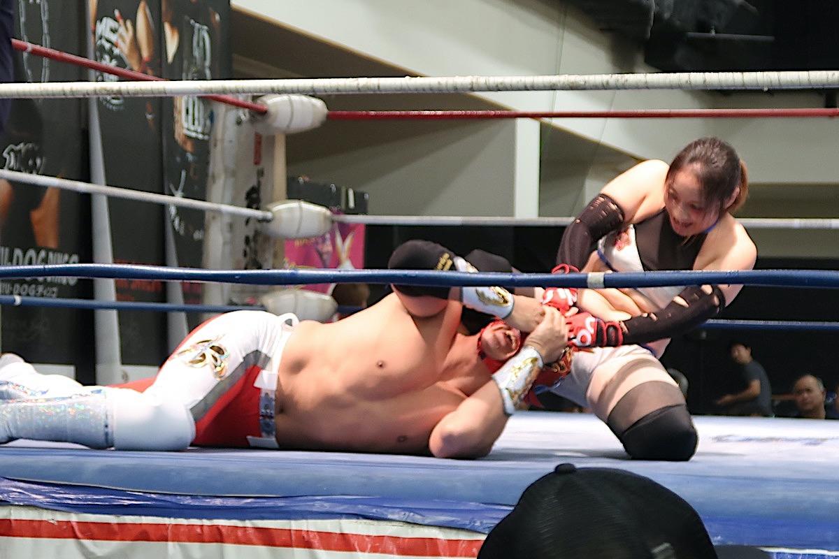 琉球ドラゴンプロレスのハウスショー「我栄トーナメント2020 Aブロック一回戦」ゴング前にハイビスカスみぃに奇襲を食らうグルクンマスク(2020年1月11日)