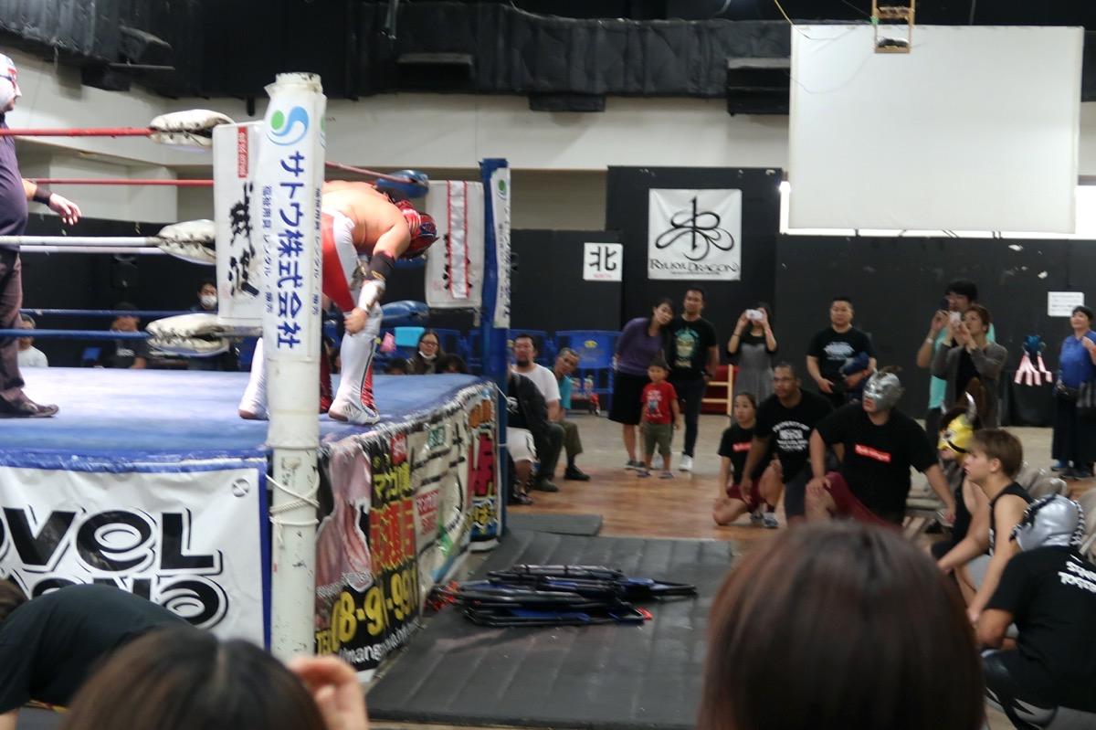 琉球ドラゴンプロレスのハウスショー「我栄トーナメント2020 Aブロック一回戦」ハイビスカスみぃが断崖式ブレーンバスターを仕掛ける(2020年1月11日)