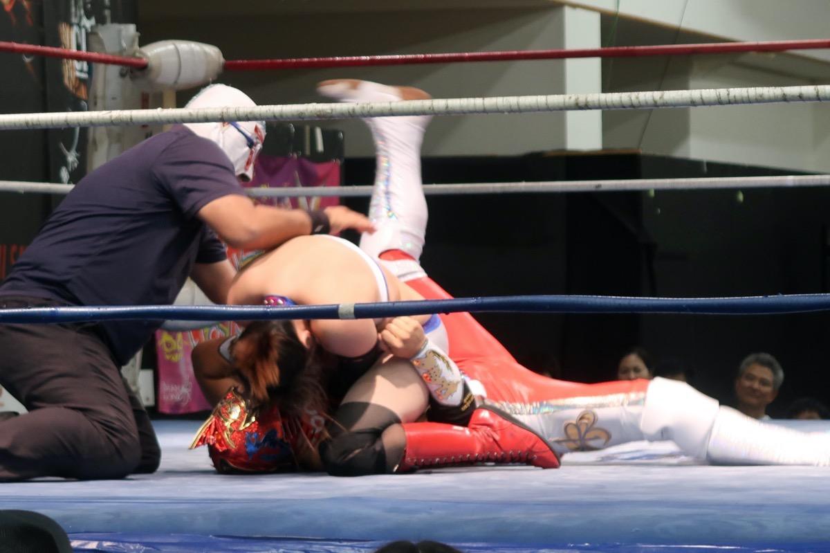 琉球ドラゴンプロレスのハウスショー「我栄トーナメント2020 Aブロック一回戦」馬乗りでグルクンマスクの首を締めるハイビスカスみぃ(2020年1月11日)