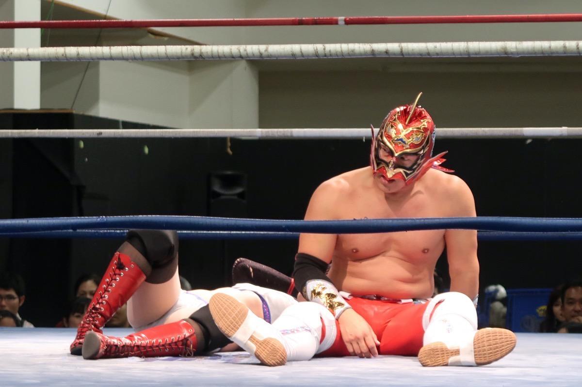 琉球ドラゴンプロレスのハウスショー「我栄トーナメント2020 Aブロック一回戦」ハイビスカスみぃにトビウオをお見舞いした直後のグルクンマスク(2020年1月11日)