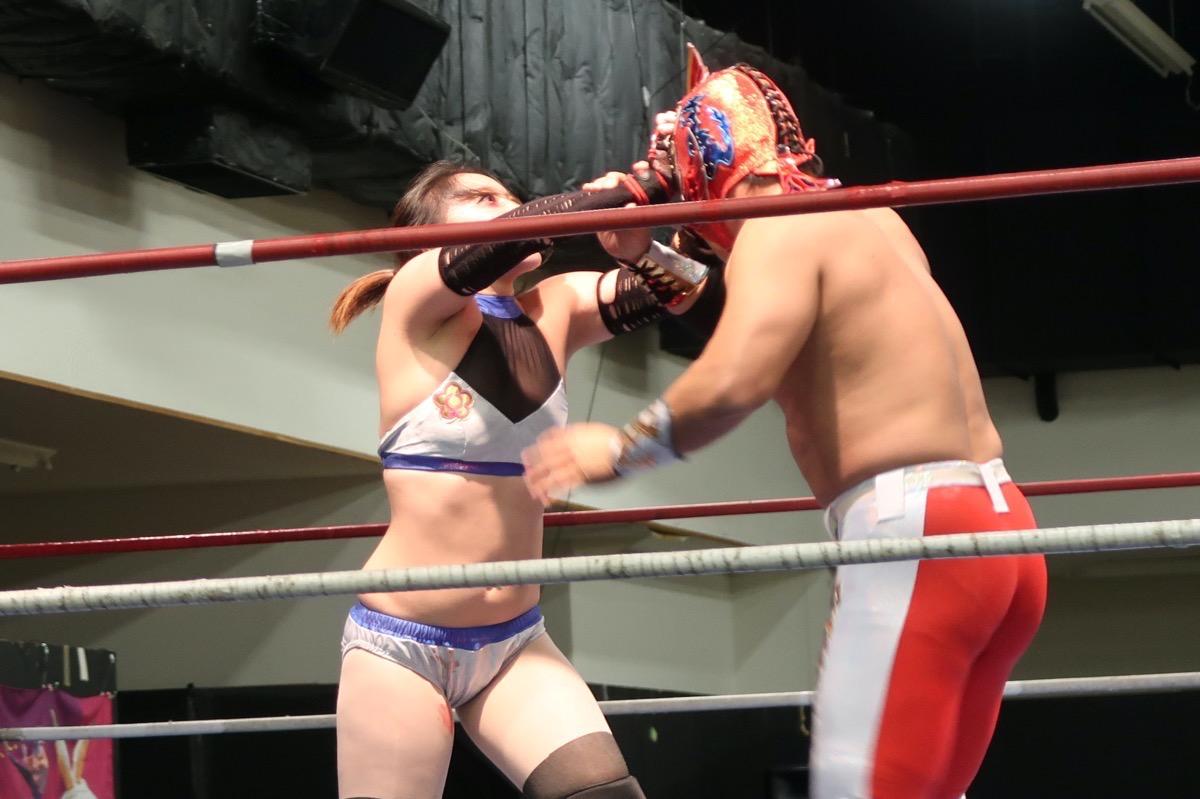 琉球ドラゴンプロレスのハウスショー「我栄トーナメント2020 Aブロック一回戦」執拗にマスク剥ぎを仕掛けるハイビスカスみぃ(2020年1月11日)