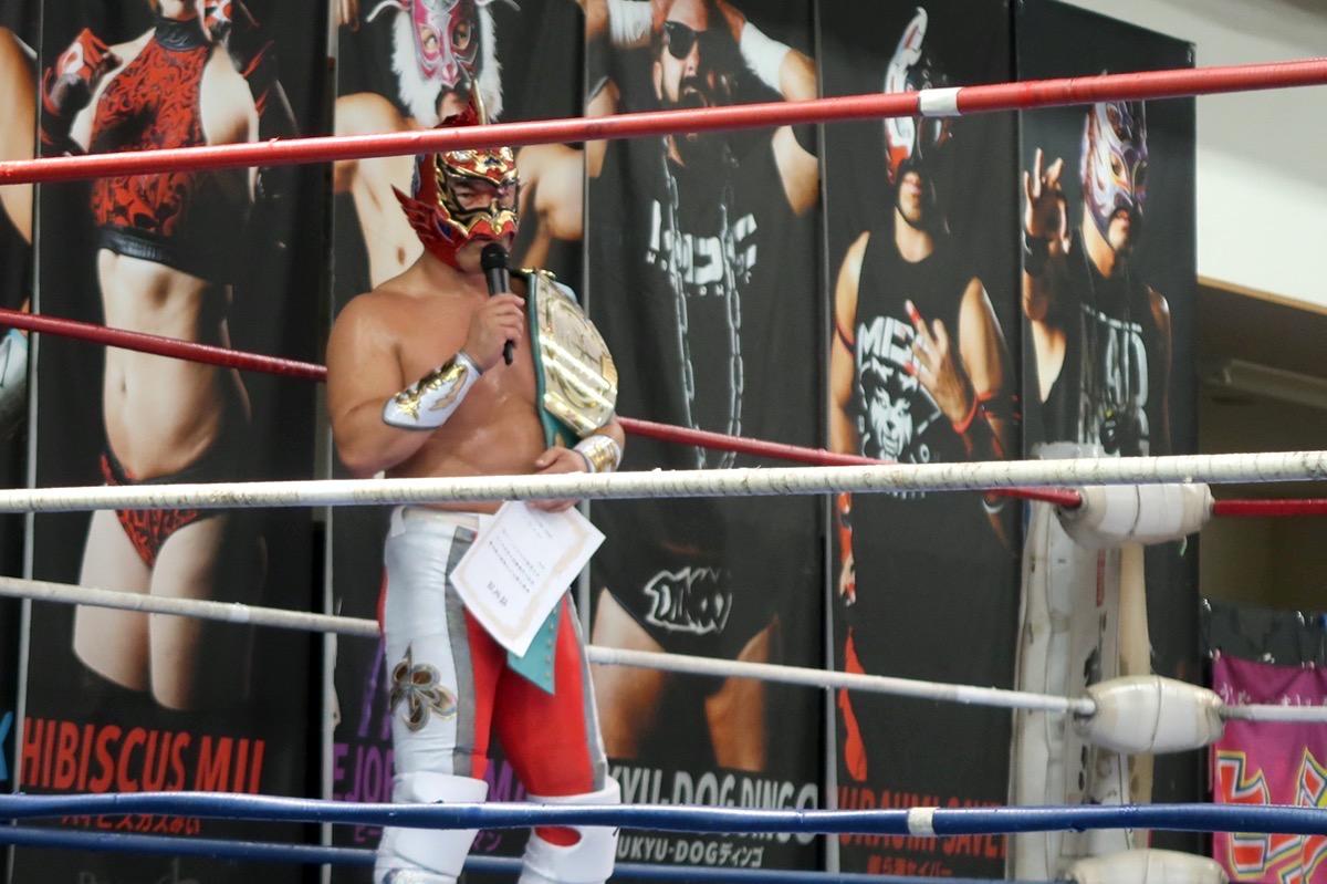 琉球ドラゴンプロレスのハウスショー「我栄トーナメント2020 Aブロック一回戦」試合後のマイクパフォーマンスをするグルクンマスク(2020年1月11日)