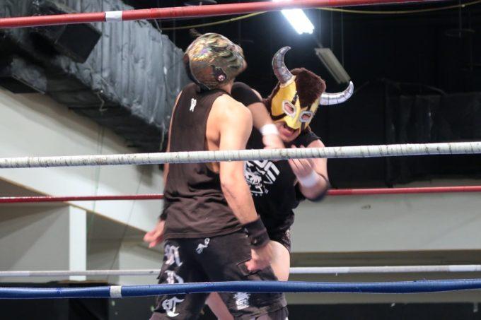 琉球ドラゴンプロレスの2020年1月11日ハウスショー、第1試合タッグマッチで天願牛丸にエルボーされるティーダヒート