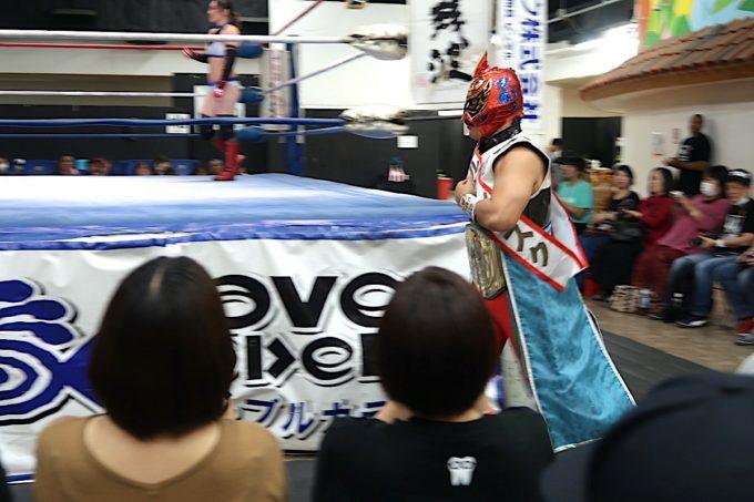 2020年1月11日に行われた琉球ドラゴンプロレスのハウスショー「我栄トーナメント2020 Aブロック一回戦」に向かう赤いマスクのグルクンマスク。