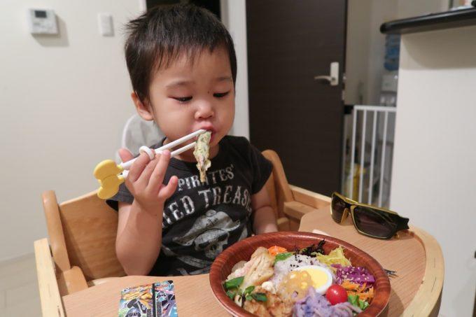 南城市「ヒナタキッチン」ヒナタボウル(小350円)を頬張るお子サマー