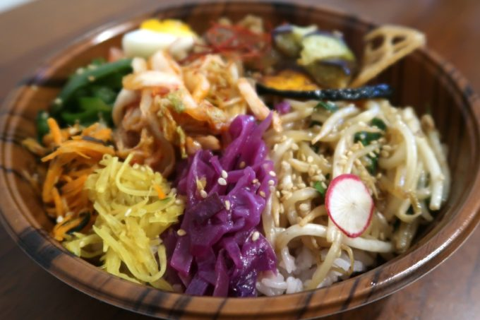 南城市「ヒナタキッチン」牛カルビとキムチのまぜ弁当(450円)のカラフルな野菜側
