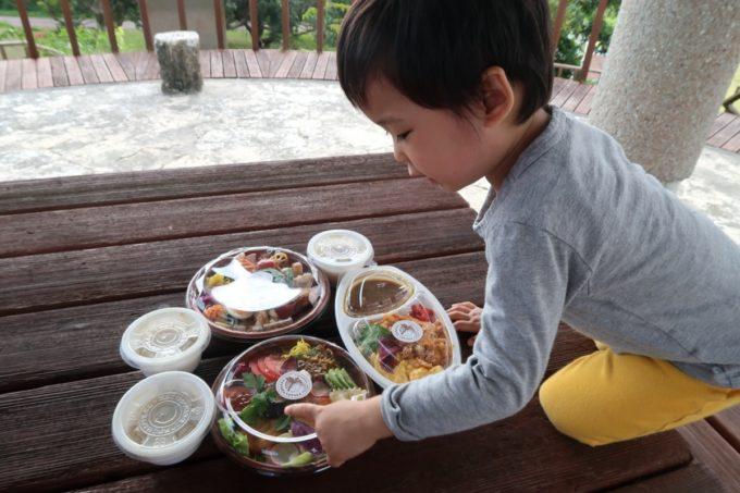 南城市「ヒナタキッチン」のお弁当を選ぶお子サマー