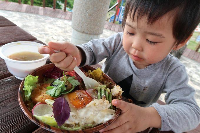 南城市「ヒナタキッチン」ヒナタコライス(450円)を食べるお子サマー