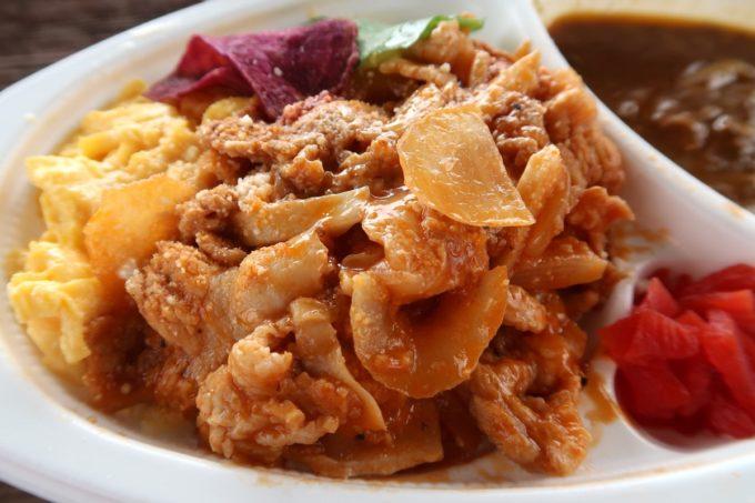 南城市「ヒナタキッチン」ポークチャップのオムカレー(420円)のポークチャップをアップで。