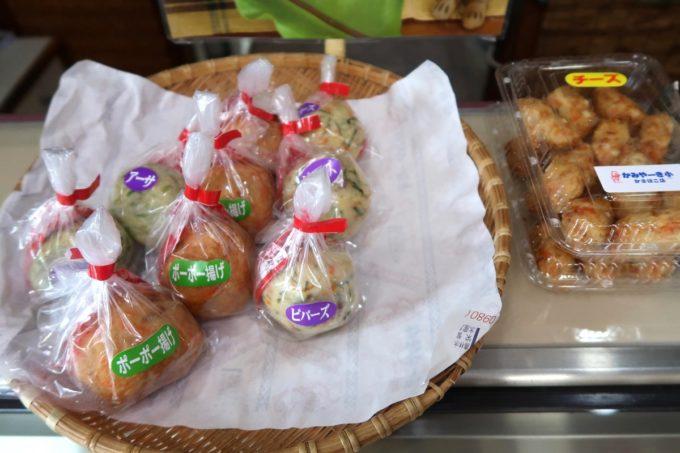 石垣島「かみやーき小かまぼこ店」のカウンターに乗せられたおにぎりかまぼこ各種