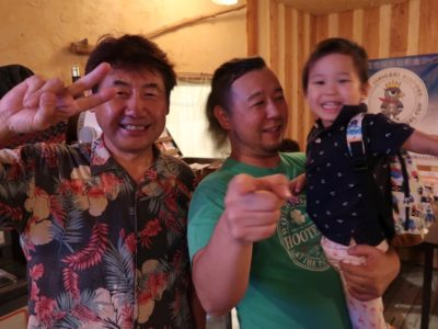 石垣島「カッシーズバー ゆくい」のカッシーさんとご主人サマーとお子サマー