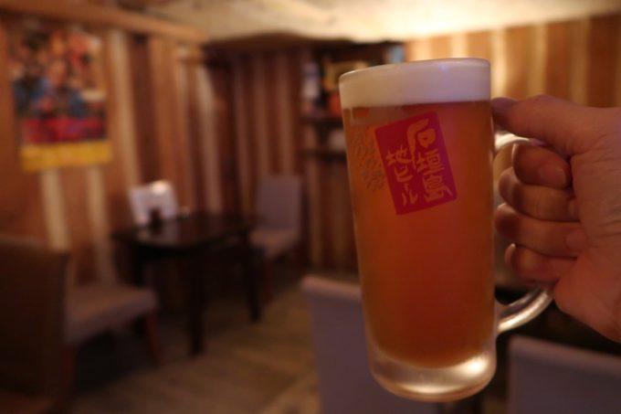 石垣島「カッシーズバー ゆくい」で石垣島地ビールのヴァイツェン(700円)をいただく
