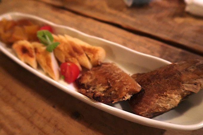 石垣島「カッシーズバー ゆくい」で自家製燻製の3点盛り合わせ(950円)をつまむ