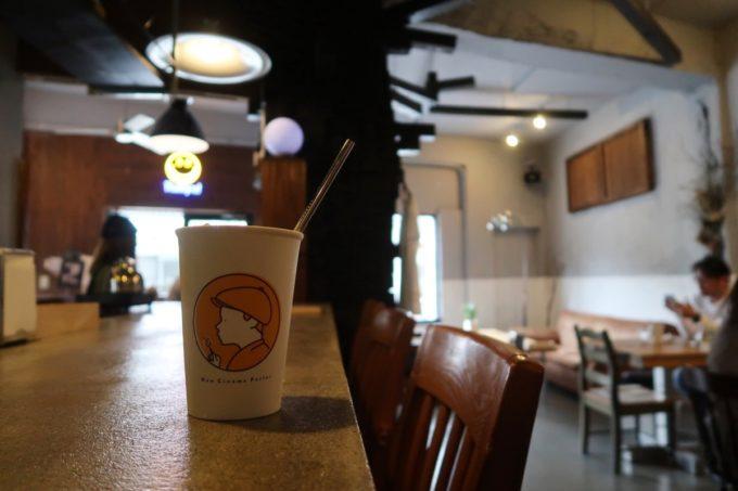 那覇・浮島通り「ニューシネマパーラー」の店内にはカウンター席とテーブル席がある
