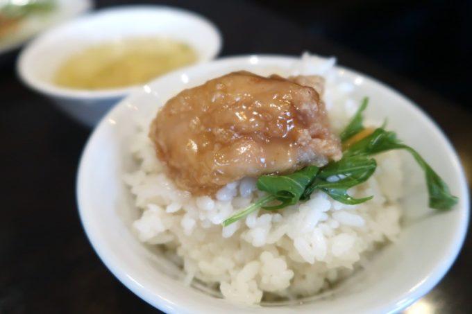 那覇・首里「中華厨房 齊華房」揚鶏のレモンソースかけを1つもらってご飯に乗っけた